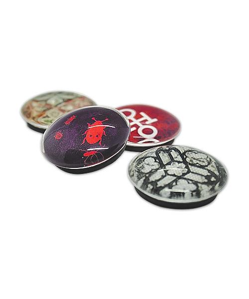 Kunststoff-Magnet in Glasoptik, mit schwarzem Gussmagneten auf der Rückseite