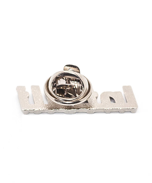 Pin hergestellt im Spritzgussverfahren, Teilbereiche ausgespart, einfarbig emailliert in Weichemaille