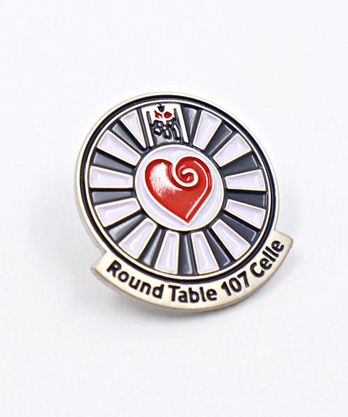 """Pin, geprägt und emailliert in Weichemaille """"Round Table 107"""""""