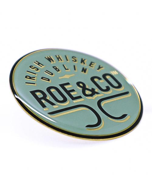 """Pin bedruckt im Siebdruck mit Epoxydharzüberzug """"Roe&Co"""""""